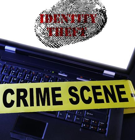 crime scene: ordenador portátil con la huella digital de robo de identidad y la cinta de la escena del crimen