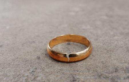Gouden trouwring met een scheur in het - Echtscheiding concept