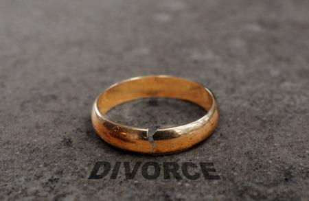 divorcio: Agrietado anillo de bodas de oro con el texto Divorcio