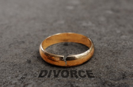divorce: Cracked gold wedding ring with Divorce text Stock Photo