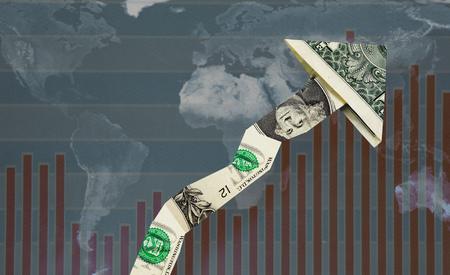 Verso l'alto freccia che punta dollaro su mappa del mondo e grafico