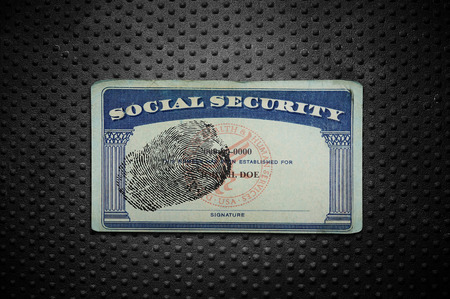 seguridad social: tarjeta de la Seguridad Social con la huella digital en el fondo de metal con textura