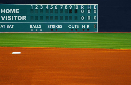 Retro baseball scoreboard, with field in foreground Archivio Fotografico