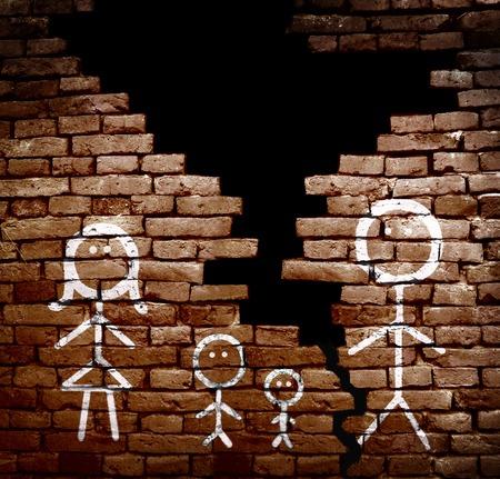 pared rota: Familia de figuras de palo en la pared de ladrillos rotos - concepto de divorcio o separación