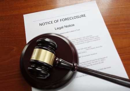 Home foreclosure document with legal gavel Stockfoto