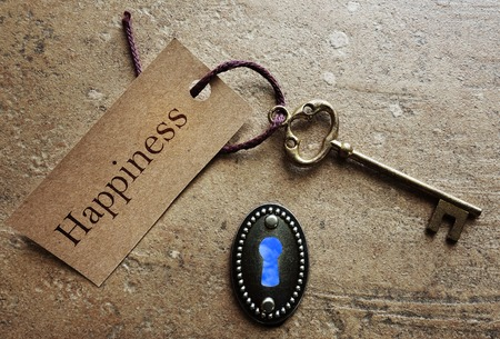 cielos abiertos: Bloqueo y clave de oro con etiqueta de la felicidad Foto de archivo