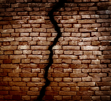 pared rota: Grieta en una pared de ladrillo Foto de archivo