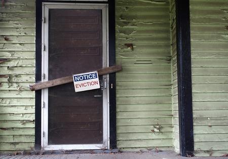 Une vieille maison vacant avec Eviction Notice sur la porte Banque d'images - 54552121