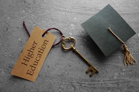 Higher Education Schlüsselanhänger mit Graduierung Kappe Standard-Bild - 54552138