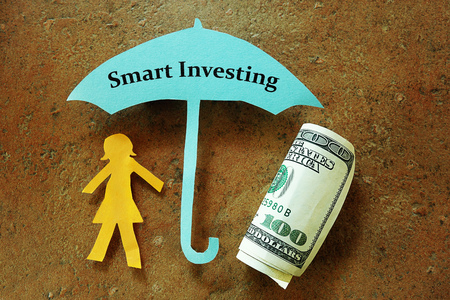 Papier vrouw onder Smart Investeren paraplu