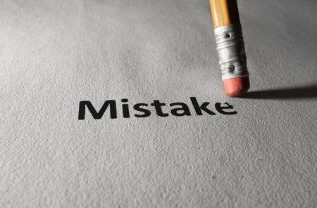 Mistake tekst op geweven document worden gewist met een potlood Stockfoto