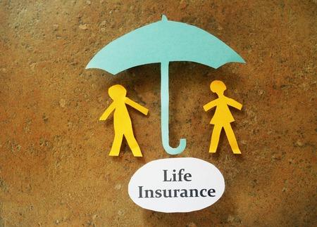 Papier paar onder en paraplu met Life Insurance bericht Stockfoto