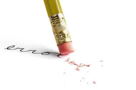 """Close-up van een potlood het wissen van een """"fout"""", op wit Stockfoto"""