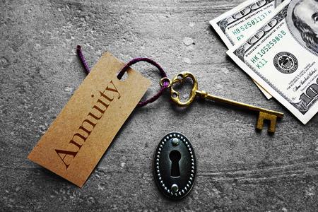 Gold-Schlüssel mit Annuity-Tag, mit Schlüsselloch- und Bargeld Standard-Bild - 59600875