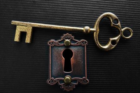 Vintage gouden sleutel en oude sluis Stockfoto