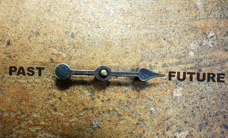 Metalen pijl wijst naar de toekomst met het verleden aan de linkerzijde Stockfoto - 60741396