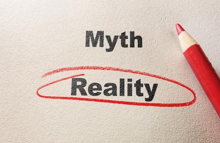 Mito vs Realtà cerchio rosso e matita su carta ruvida