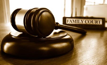 apoyo familiar: martillo legal del juez y la placa de identificación de la Corte de Familia Foto de archivo