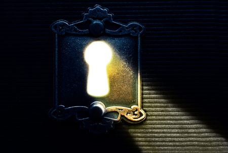 keyhole luz brillante que brilla a través de bloqueo de edad