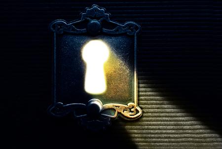 lumière serrure lumineuse qui brille à travers la vieille serrure