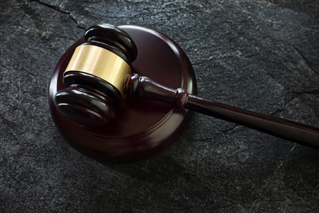 Judges legal gavel on dark background 版權商用圖片