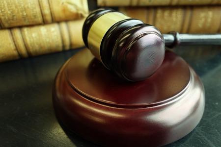 Juridische hamer en oude wetboeken Stockfoto