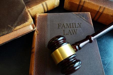 Family Law boek met juridische hamer Stockfoto