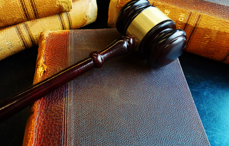 Old law books with court gavel 版權商用圖片