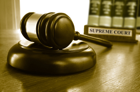 Judge's Supreme Court gavel with law books Standard-Bild
