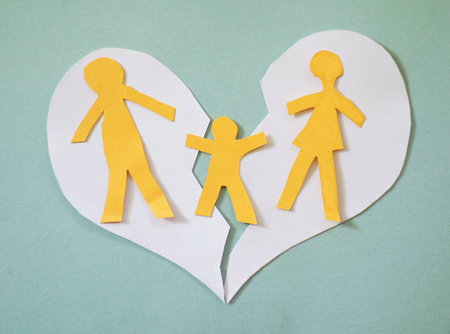 Paper family couple with child over a broken heart Stockfoto