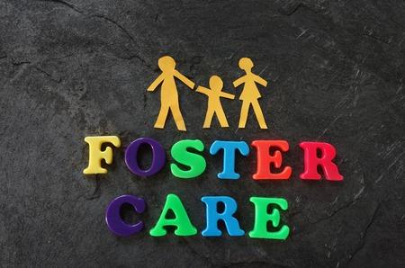 Papier familie met Foster Care letters