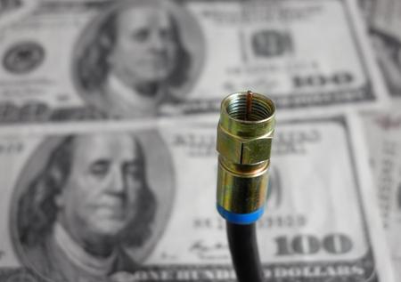 Coaxkabelclose-up met geld op de achtergrond Stockfoto