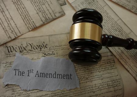Premier amendement titre titre sur une copie de la Constitution des États-Unis avec marteau Banque d'images - 81488973