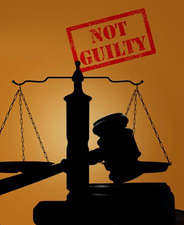 裁判所の小槌と無罪のスタンプを持つ正義のスケール