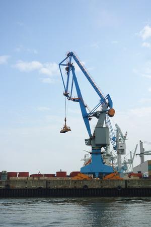 ドイツ ・ ハンブルグの港にクレーン