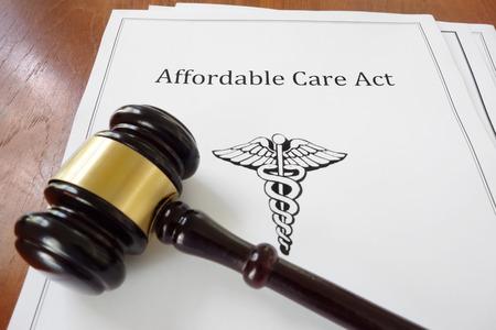 Affordable Care Act (Obama Care-Dokument) mit einem legalen Hammer