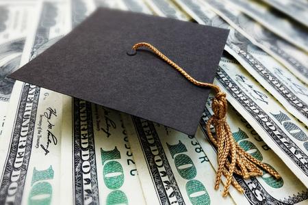 mini casquillo de la graduación tarjeta de graduación en el dinero - atención del cliente o concepto de beca