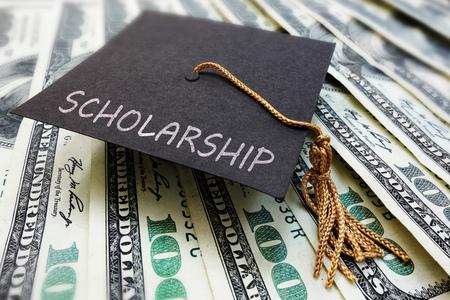 Scholarship graduation cap on money Banque d'images