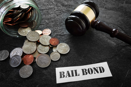 Coins and legal gavel with paper Bail Bond message Foto de archivo