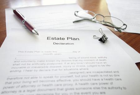 Een Estate Plan-document op een bureau met pen en glazen
