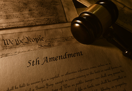 Text of the Fifth Amendment to the US Constitution and gavel Banco de Imagens