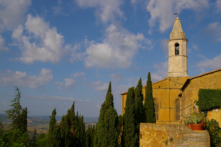 Old church in the center of Pienza, a small village in Tuscany Italy Banco de Imagens - 115064139