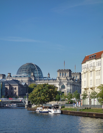 View of the Spree River in Berlin with the Reichstag dome in the distance Imagens
