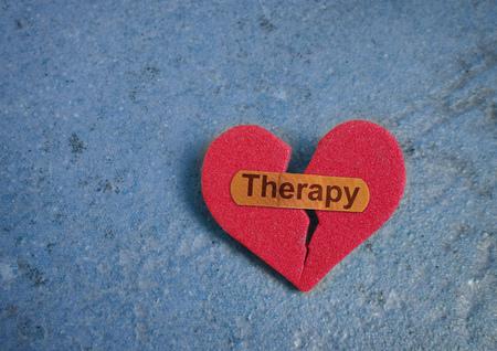 Corazón rojo roto con vendaje de terapia