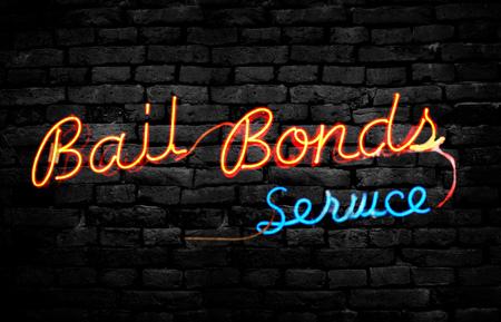 Neon Bail Bonds Service signe sur un mur de briques