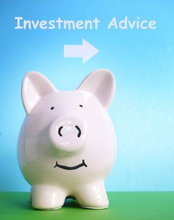 Smiling pink piggy bank with Investment Advice arrow Zdjęcie Seryjne