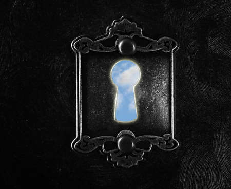 Vintage lock with blue sky keyhole on dark background Standard-Bild