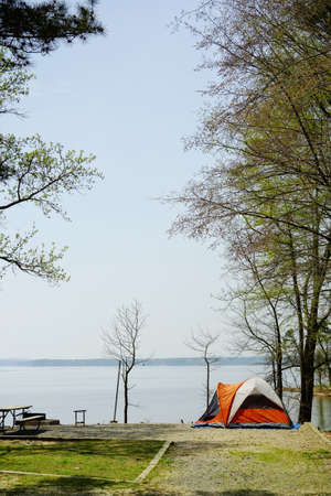 A tent at a waterfront campsite in Jordan Lake State Park  -- Poplar Point campground -- near Raleigh North Carolina Standard-Bild