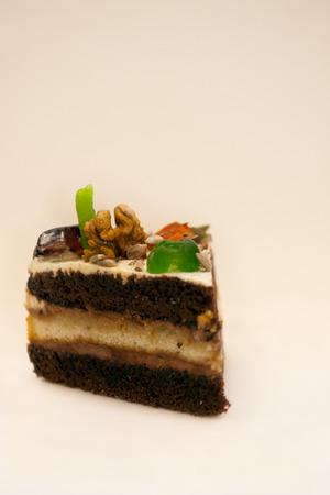 frutos secos: Maravilloso delicioso pedazo de pastel decorado con nueces y frutas secas. Foto de archivo