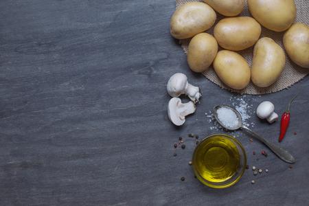 madera r�stica: Patatas, setas y condimentos en el fondo de madera oscura Foto de archivo